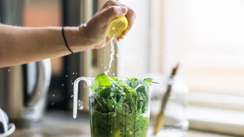 jus de citron sur de la menthe, boisson diététique